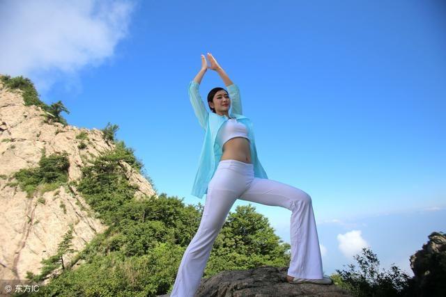 瑜伽体式详解(三):姐妹们到野外练瑜伽,不仅修身,还养心图片