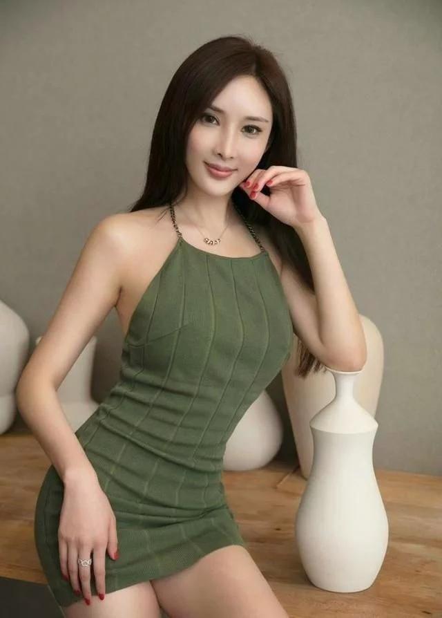 极品少妇av_街拍:墨绿吊带裙极品少妇,这样的美女估计东北大汉都扛不住吧!