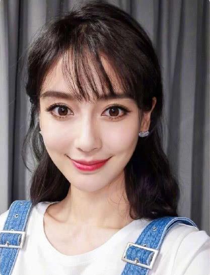29岁的baby可谓保养得非常的好,皮肤白皙光亮,齐刘海的发型更是让她图片