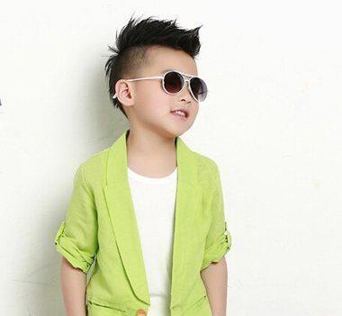 小孩发型男孩短发 两侧铲短的男生短发不仅在大人身上适用,就连在小