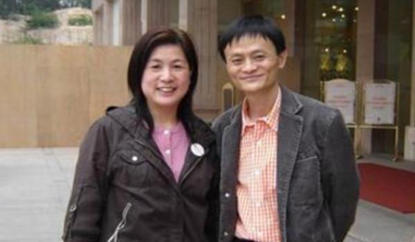 马云老婆_马云,刘强东,王健林,成龙的老婆,不比不知道,一比下一
