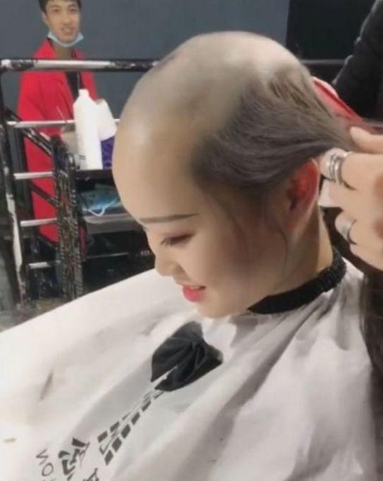 漂亮美女来到理发店竟要求剃光头,问其原因后引发人们
