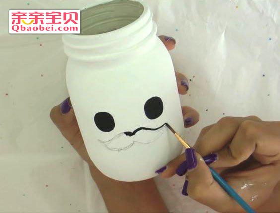 用刷子将瓶身刷上自己喜欢的颜色,待干,可用颜料,丙烯等,儿童手工不图片