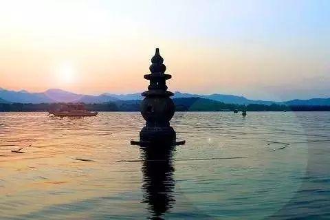 1元人名币上的风景就是来自著名的杭州西湖十景之一——三潭印月.