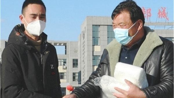 江苏好小伙乔胜利一家人:免费为驻地捐赠口罩和桶面