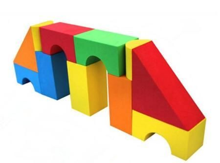 积木对成一个正方形,两个三角形对成一个正方形,两个半圆形对成一个