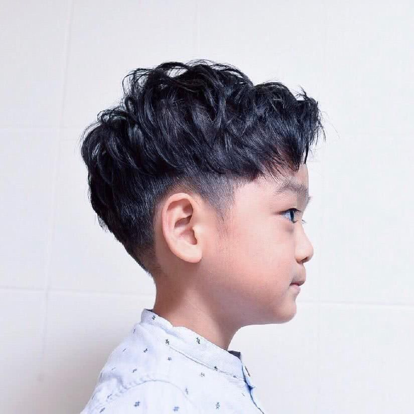 将小男孩喜欢的图案,使用刻线展现,让发型更能表现个性,散发活力!图片