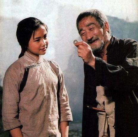 电影《边城》剧照,翠翠与祖父