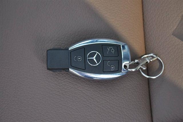 车钥匙被锁在车里怎么办?老司机:傻子砸玻璃,聪明人这样做 在实际生活中,很多车主都可能遇到过车钥匙锁在车里的情况。如果这个时候又急着用车的话,那真的是很折磨人。那车钥匙被锁在车里怎么办?老司机:傻子砸玻璃,聪明人这样做。  示意图 这时肯定有朋友就会问了,现在车钥匙都不是感应钥匙,怎么会把车钥匙锁在车里呢?这个问题问的好,接下来就让笔者给大家仔细说说。一般来说,如果是感应钥匙的话,钥匙被锁在车里的情况就很少。但是,现在还有很大一部分车主使用的是传统机械钥匙,因而这样的车主遇到钥匙被锁的情况就比较多。