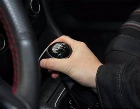 手动挡汽车起步时怎样又快又不熄火,老司机教你这样做