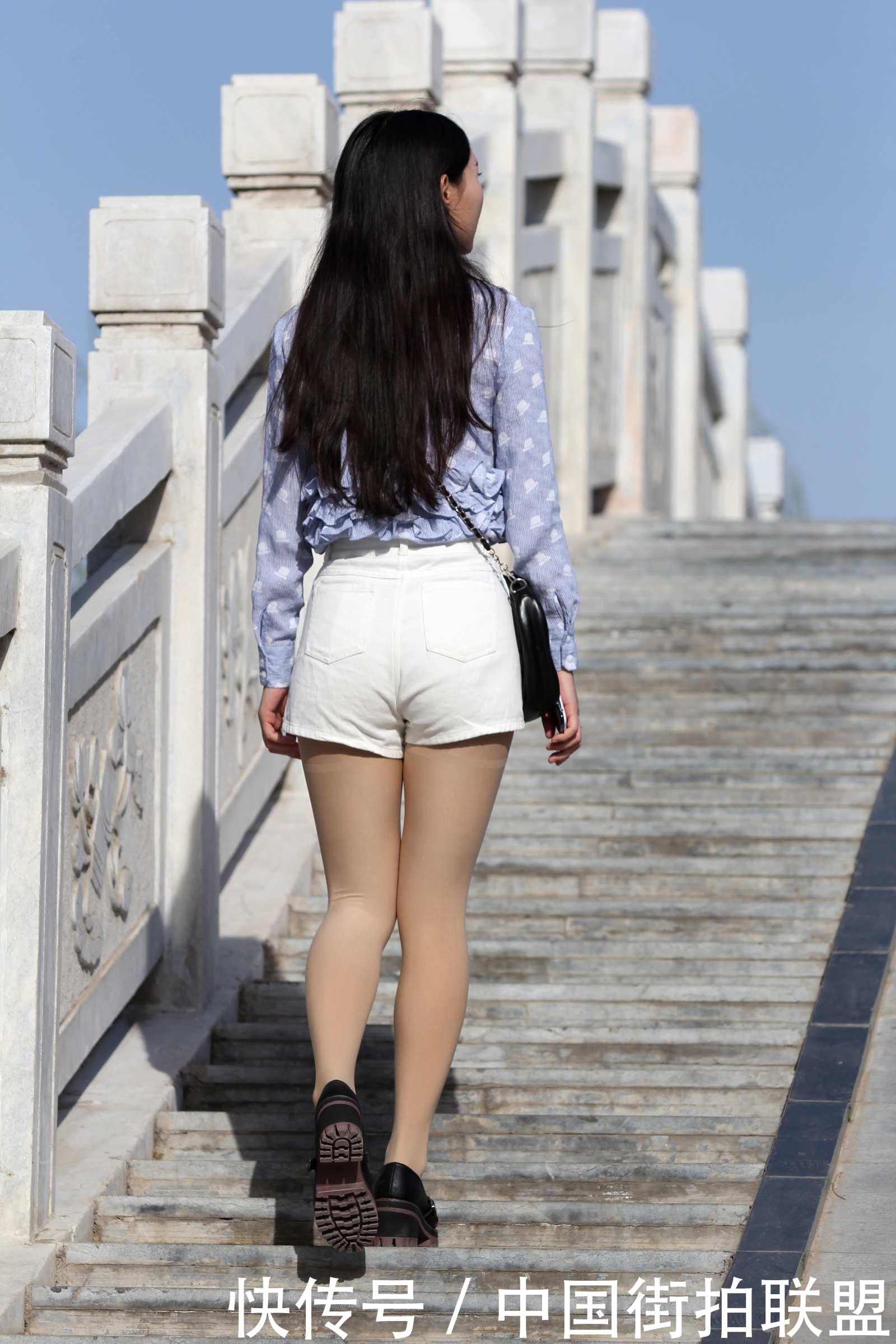 街拍联盟:桥上看风景的热裤美女,背影很清纯