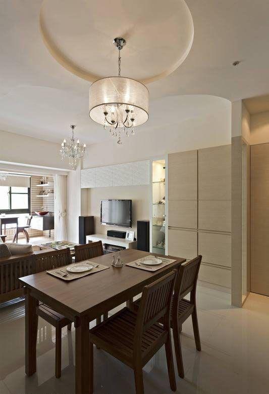 餐厅和客厅场域以开放式动线处理,为使区域有明显区隔,在天花及吊灯