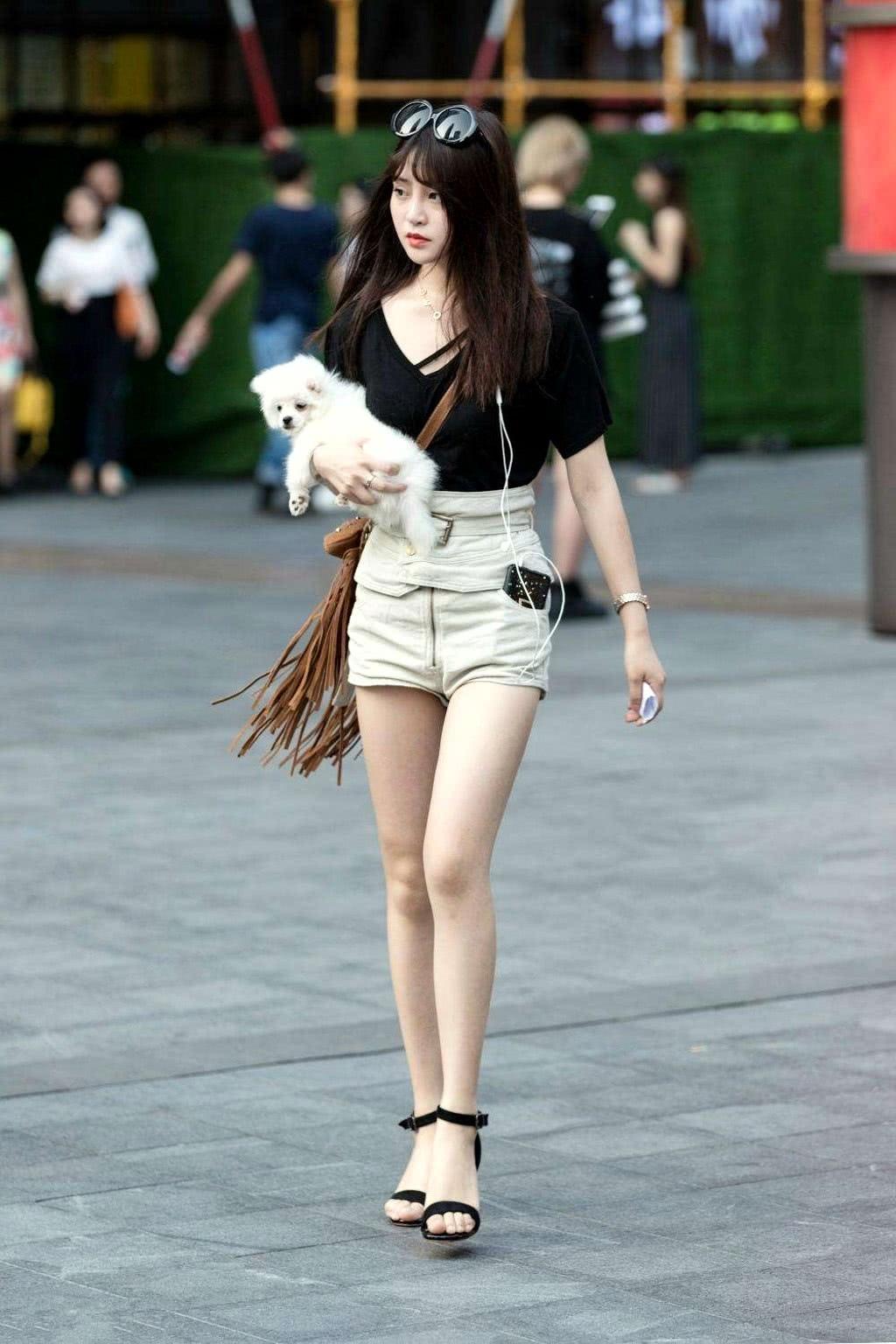 摄影师镜头下的伊人,很喜欢小姐姐的短裤