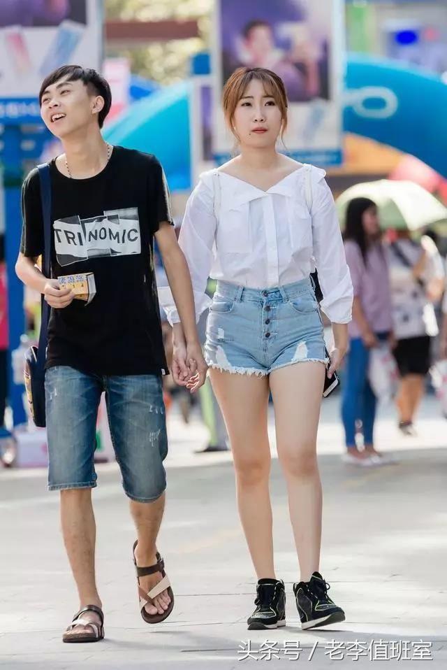 街拍:性感丰满穿牛仔大白的短裤腿性感美女很身材妈妈图片的内裤图片
