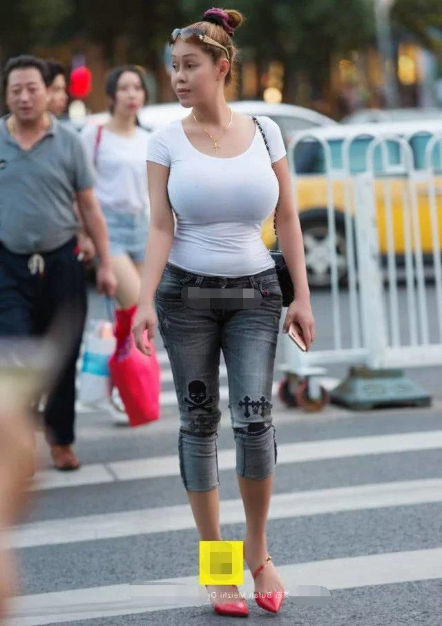 大妈紧身衣搭配牛仔裤身材上凸下翘,饱满的上围曲线很