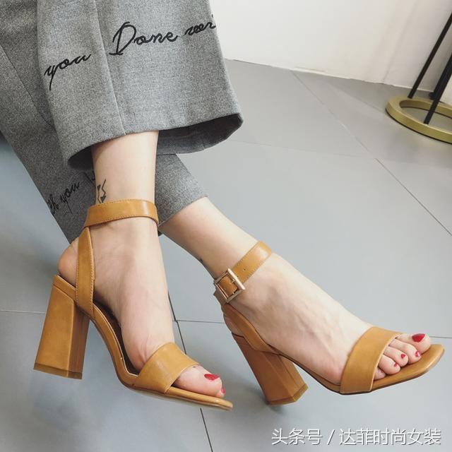 肏女人吃美脚_女人夏天不要穿闷热的鞋子了,穿这些凉鞋,露出美脚更迷人