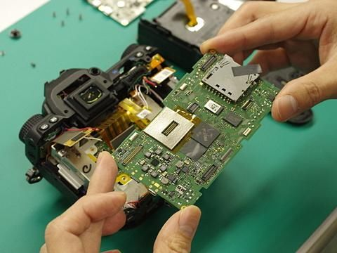 取下焊接在电路板上的引线.电路板上有超过20个地方需要进行焊接.