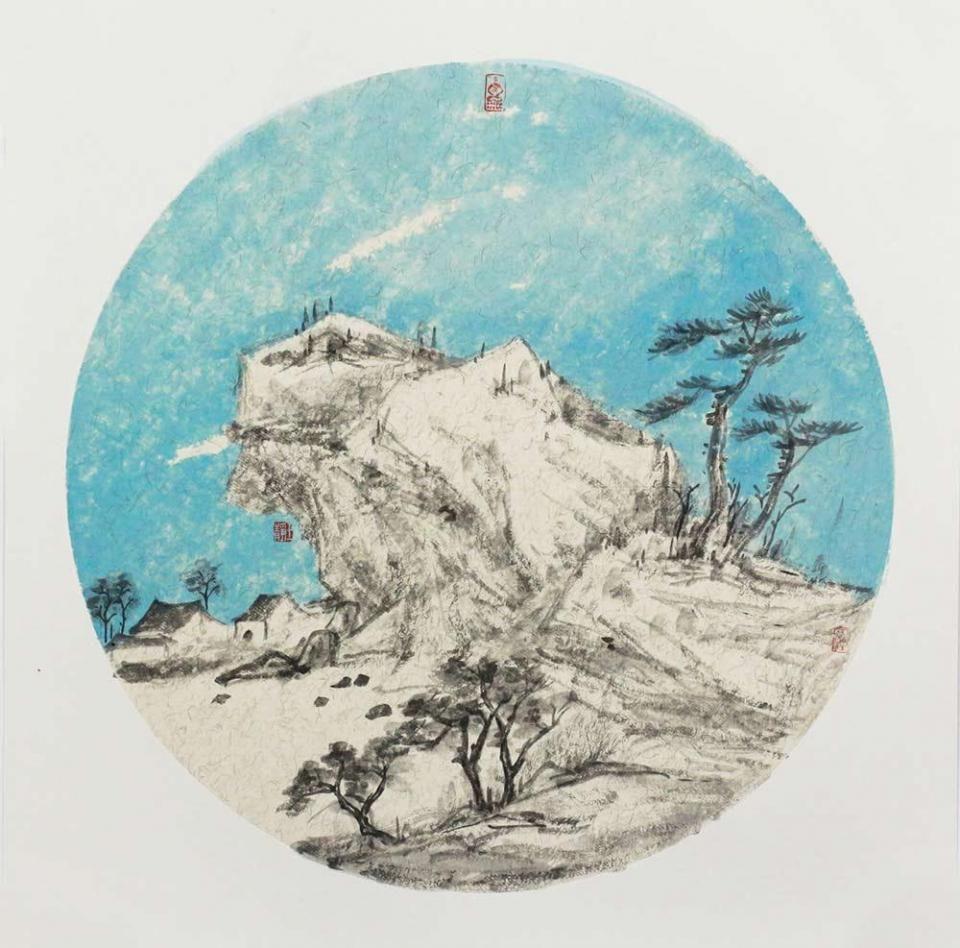 这幅山水画,以圆形扇面布置绘画空间,以蓝色与黑白色彩作为画面的主