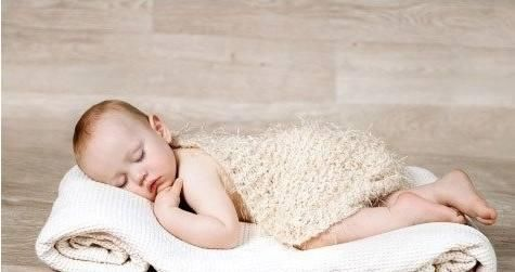 这种举手投降式的睡姿其实是对称性的强直性颈部反射,与之对应的就是