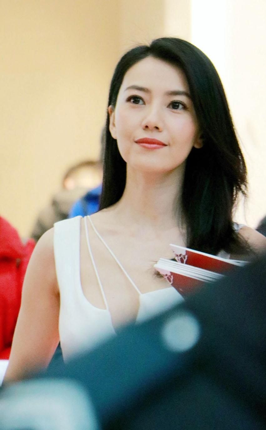 高圆圆穿白色深v礼裙参加活动,水嫩肌肤优雅气质女神真是逆生长