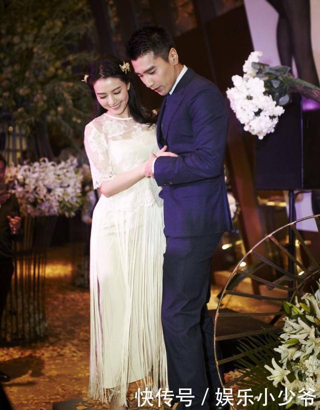 视频中,高圆圆身穿白色连衣裙,在风景优美的芦苇荡的映衬下,更显飘逸