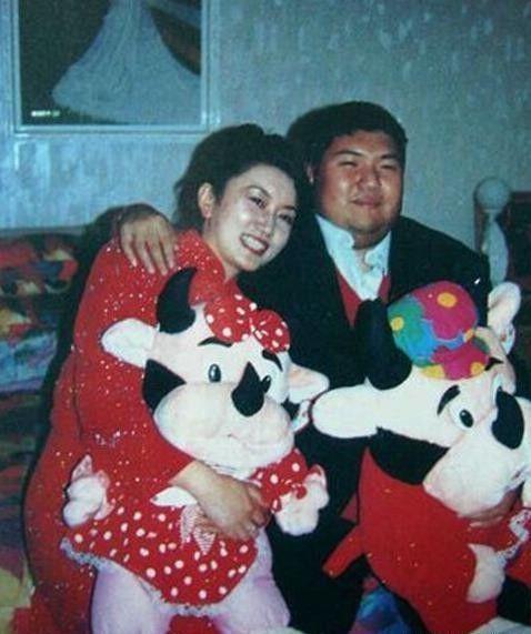 毛新宇与第一任妻子郝明莉珍贵照片,年轻美丽,一家人合照很温馨