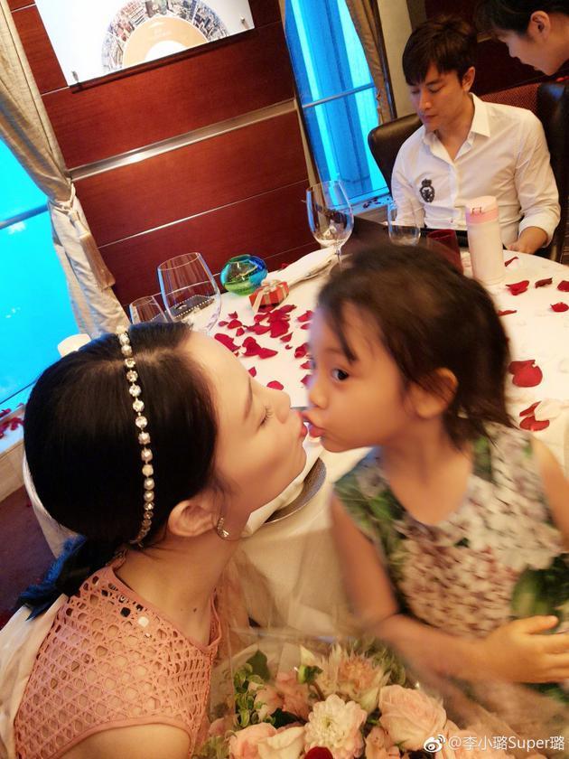 李小璐贾乃亮结婚5周年 玫瑰红酒幸福浪漫惹人羡