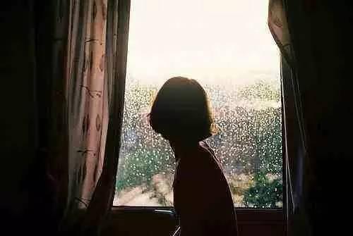 就是在準備下雨,確實是一番愜意涼爽的景象,暮色中歸來,坐在窗前,雨中