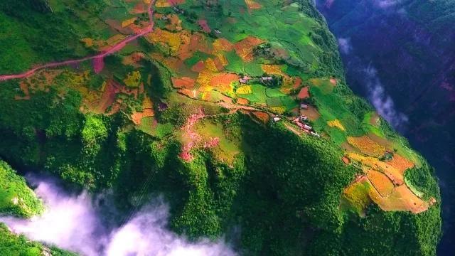 与其一起被打造的,还有美姑县的古里大峡谷,大峡谷最高海拔2800米,最