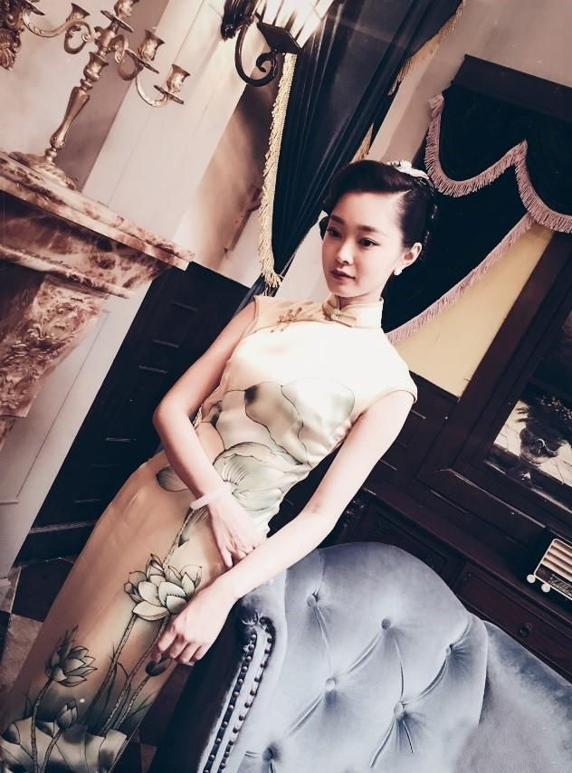 在小花旦汇总宋轶的旗袍装是小编比较欣赏的,不同的旗袍都能很好的