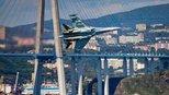 战斗民族飞行员作风就是这么泼辣,苏35战机飞的比大桥还低!