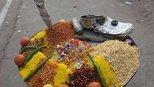 上海姑娘到印度旅游,买份馅饼正要吃,被导游劝住后直接扔垃圾桶
