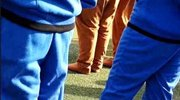 老师规定统一穿白鞋,其中一位同学的鞋亮了,网友:有趣的灵魂!