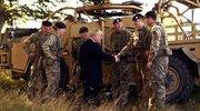 英国首相约翰逊慰问军事人员 尝试操纵无人机