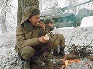 很多人是刚刚才离开高中生活几个月,车臣战争中的俄罗斯士兵面孔