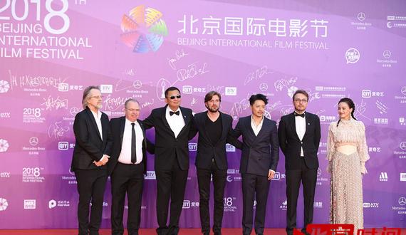 第八届北京国际电影节举行闭幕仪式 众明星走上红毯