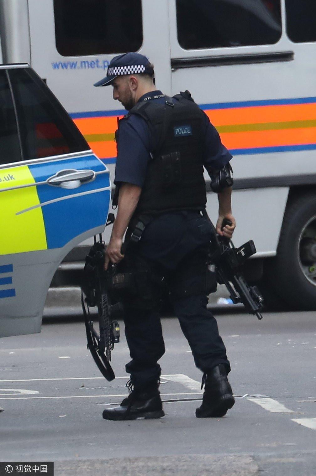 伦敦恐怖袭击后 武装警察荷枪实弹在街头巡逻