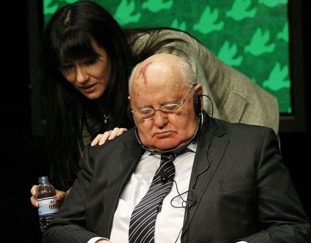各国领导人尴尬瞬间:德国总统被扔鸡蛋