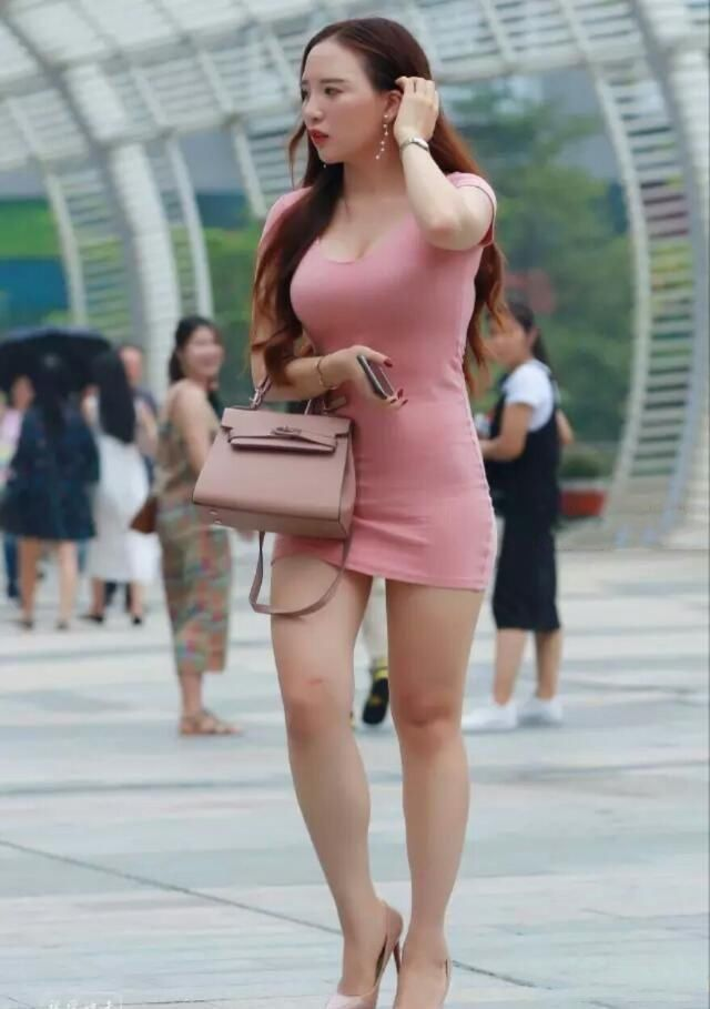 街拍:粉红色裹胸包臀裙,风韵犹存的好身材