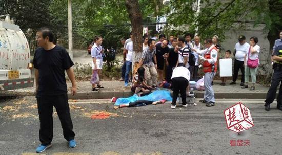 高校内垃圾车溜坡 姐姐陪新生弟弟报到被撞身亡