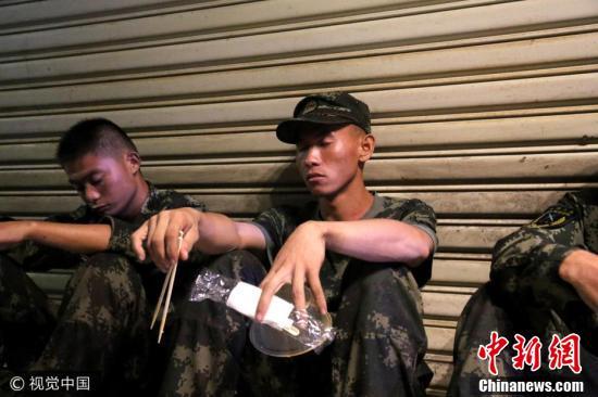 武警珠海支队官兵连续奋战近100小时 拿着盒饭睡着