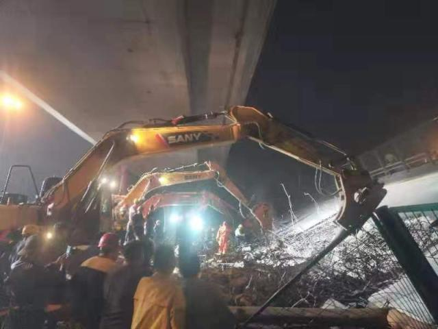 无锡高架桥侧翻事故致3死 桥梁两侧填土防二次倾倒