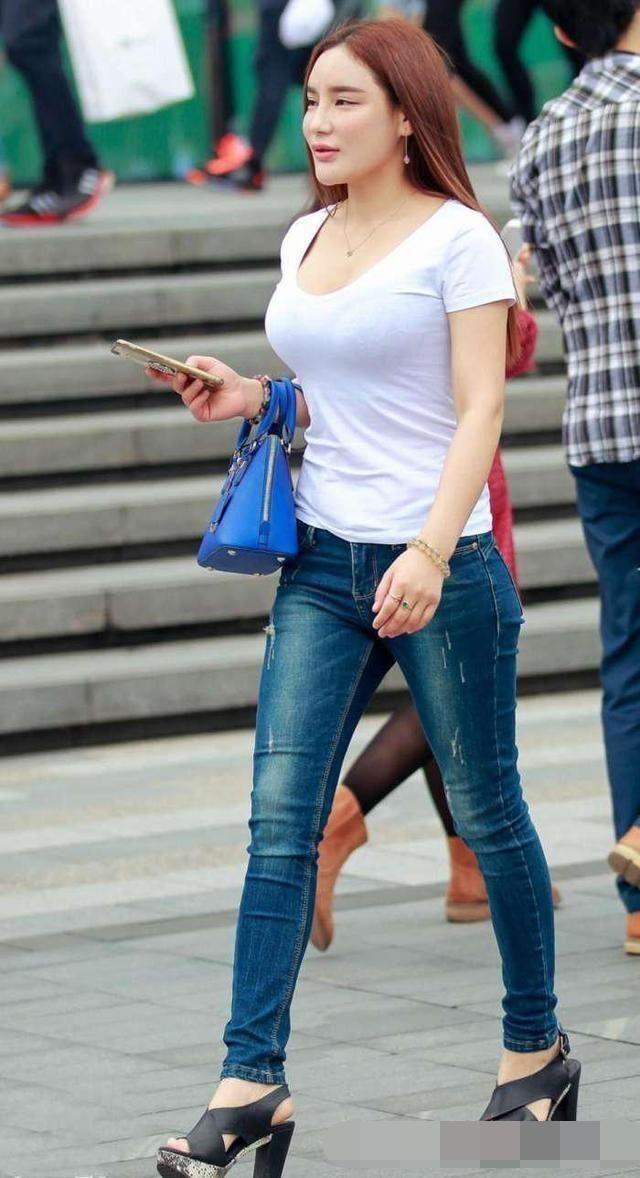 路人街拍:身材丰腴的网红少女,超大美胸让人动心不忍移开脚步!