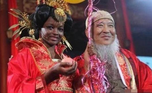 60岁中国大爷娶20岁非洲美女 网友:生下女儿咋不变色了