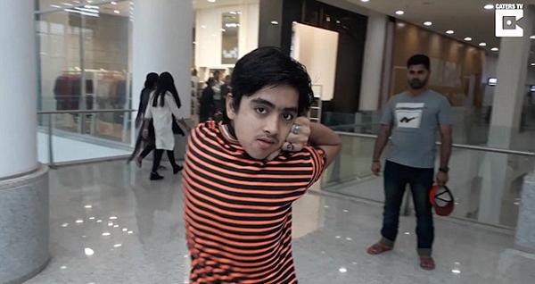 威尼斯人娱乐场开户:巴基斯坦14岁少年练得特技头部可转180度