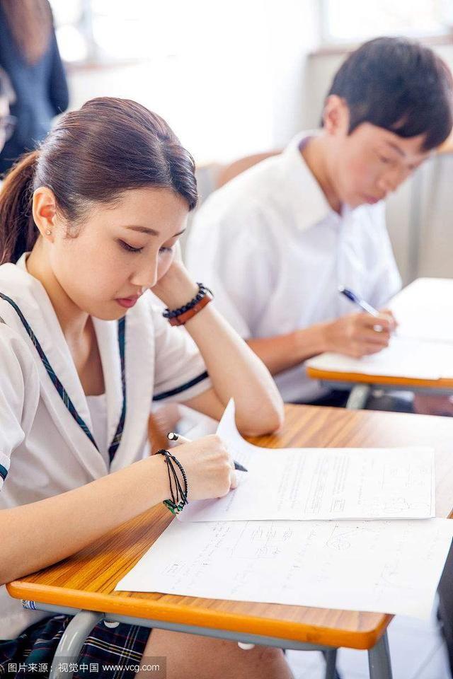 文,少考试不公开学生成绩,不单纯以成绩评价老