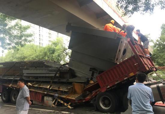 北京海淀大货车卡桥致拥堵 现场拆解车体