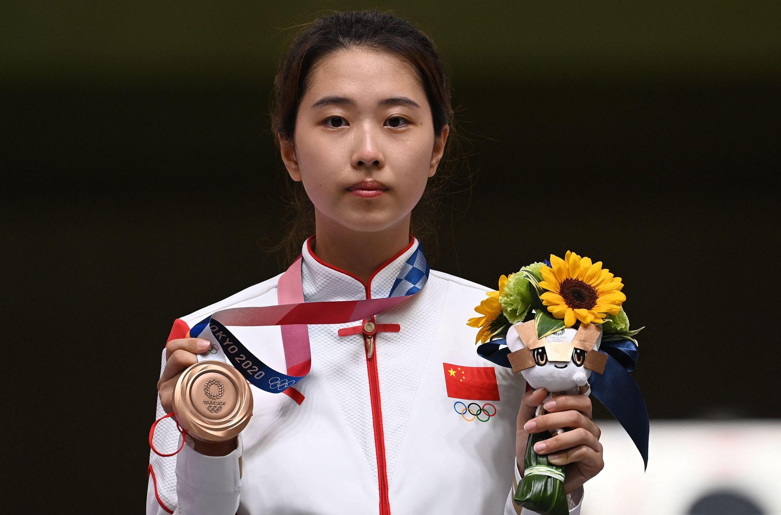 中国小将肖嘉芮萱摘得铜牌 前方记者和您聊聊现场感受