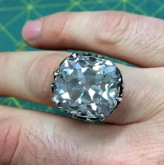 女子花88元买了枚玻璃戒指 竟是价值650万钻