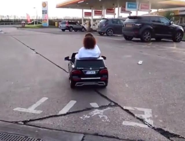 女孩开了一辆奔驰到加油站加油,去店内开发票时,员工看懵了!